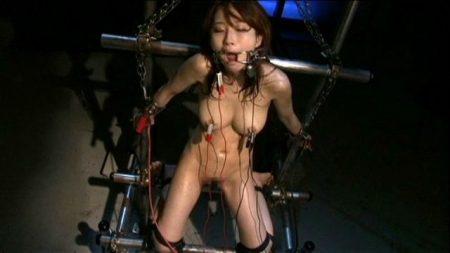 美咲結衣 囚われた女スパイが鉄管拘束で電気責め拷問される 画像