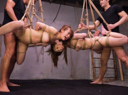 宙吊りで緊縛された美女がイラマチオされながらマンコも犯される 画像