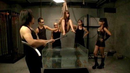 美咲結衣 宙吊りで緊縛された美女が甚振られ激しい水責めされる 画像