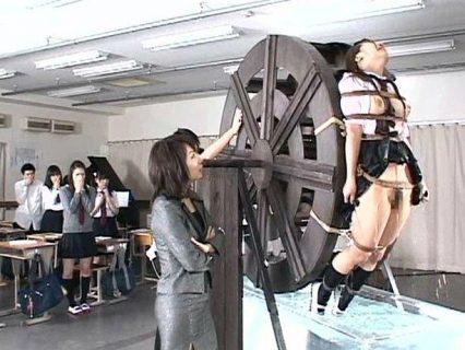 盗みの疑いをかけられたJKが水車の刑で水責め拷問される 画像