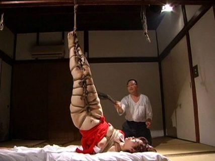翔田千里 置き屋に落ちた恩師の妻が宙吊り拘束で激しい鞭打ちされる 画像