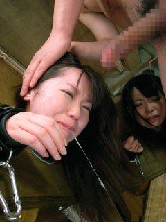 ギロチン拘束で人体固定された女子大生が中出しレイプされる 画像