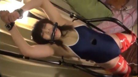 スク水状態で手足を縛られた美少女が強制電マ攻めにアヘ顔でガクガク絶頂 画像