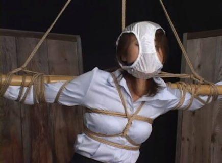 磔拘束された美人OLが顔にパンティを被せられて悶えるwww 画像