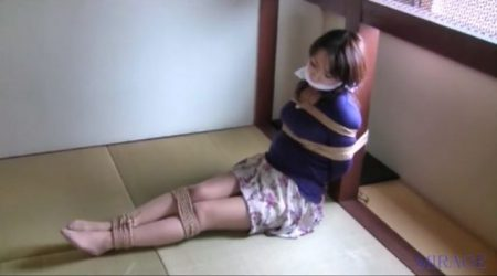 柱に緊縛拘束された美人妻が必死に悶え苦しむ 画像