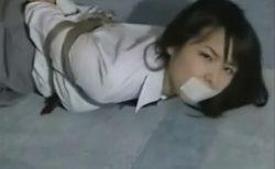 緊縛された美少女JKが純白パンツをチラつかせながら悶え苦しむwww 画像