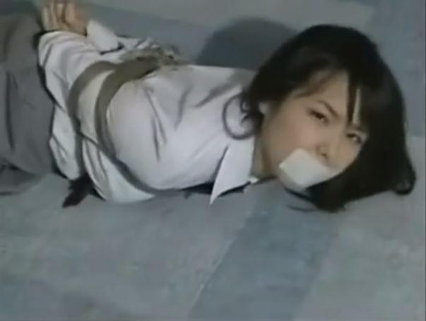 緊縛された美少女JKが純白パンツをチラつかせながら悶え苦しむwww