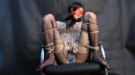 清楚な美人お姉さんがM字拘束されてエッチなパンチラを晒す 画像