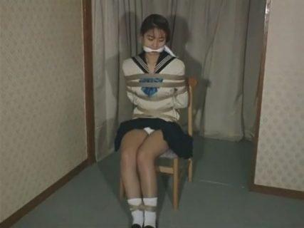 ロープで緊縛された制服少女が身動きを取れずにメス顔で悶えちゃう 画像