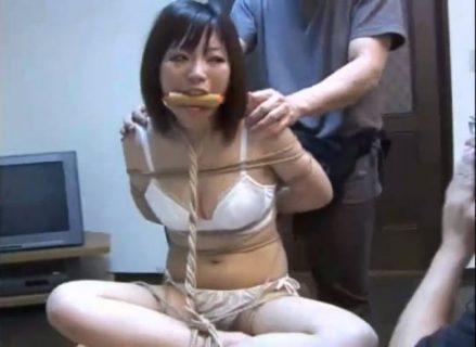 下着姿に引ん剝かれた婦警が無防備な体を弄ばれるwww 画像