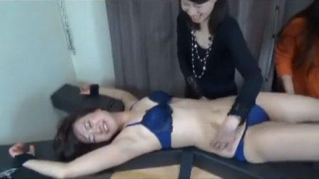 磔拘束された下着姿の美女がくすぐり拷問に悶え苦しむwww 画像