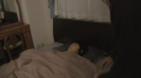 就寝中に強盗に襲われたOLが下着姿で緊縛される 画像