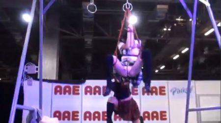 普通の女子校生がSMショーで宙吊り拘束されてパンツ丸出しになるwww 画像