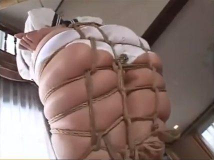 パンツ丸出しで緊縛されたJKがムチムチな体に縄を食い込ませて悶えるwww 画像