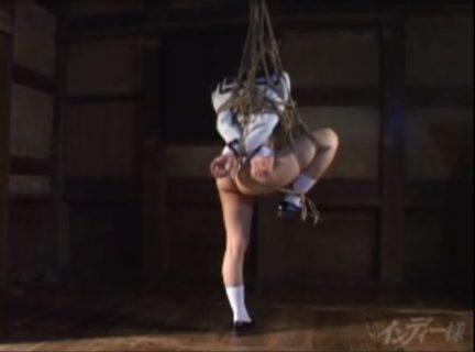 清楚な三つ編みセーラー服JKが緊縛され縄を股間に食い込ませて悶えるwww 画像
