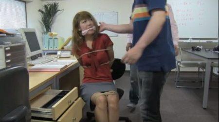 残業中に強盗に押し入られたOLが緊縛されて放置されちゃうwww 画像