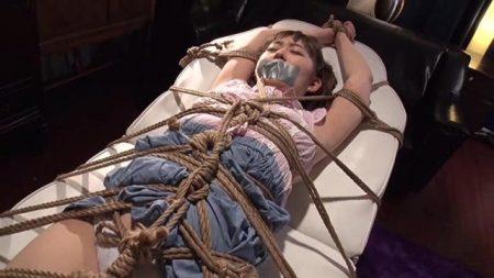 全身をガチガチに拘束されたロリ美少女がくすぐり拷問に悶える苦しむ 画像