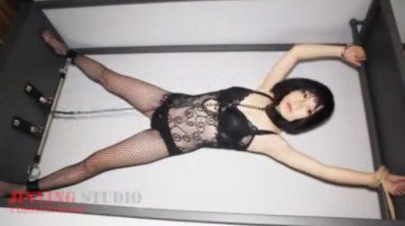 拘束された美女が電マ責めされてデカ尻をスパンキングされちゃうwww 画像