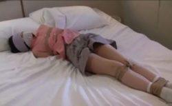 目隠し緊縛されて身動きが取れないロリ少女が逃げようとして必死に悶える動画 画像