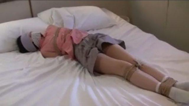 目隠し緊縛されて身動きが取れないロリ少女が逃げようとして必死に悶える動画
