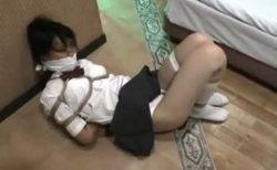 緊縛された制服美少女がパンチラしながら逃げようと必死に悶え苦しむwww 画像