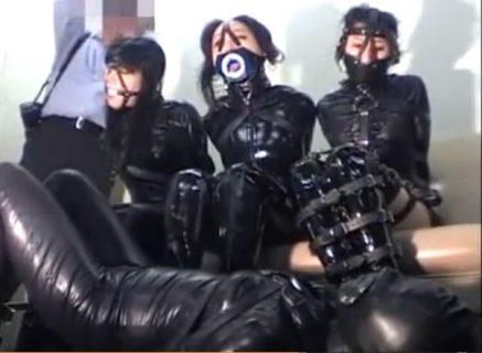 ラバースーツで拘束された美女4人が恥ずかしい格好を写真で撮られちゃうwww 画像