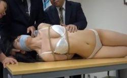 捕らわれた女スパイが下着姿に引ん剝かれて辱しめられちゃうwww 画像
