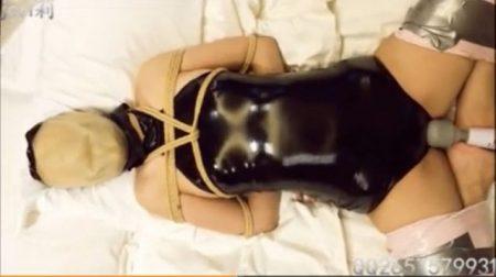 ラバースーツで緊縛された美女がマンコに電マ固定責めされて悶え苦しむwww 画像