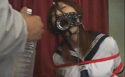 監禁緊縛されたセーラー服JKが激しい水責めに悶え苦しむwww 画像