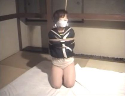 宮下真子 セーラー服JKが変態男に誘拐緊縛されて幼い体を弄ばれる動画