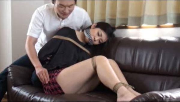 彼氏に催眠にかけられた女子大生が恥ずかしい格好に緊縛されちゃうwww