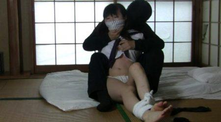 誘拐された女子校生が変態男にパンツ丸出しで緊縛されちゃう動画 画像