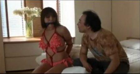 自宅でビキニの試着をしていた女子大生が強盗に押し入られ緊縛されちゃうwww 画像