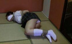 監禁緊縛された女子校生が純白パンツを丸出しにして逃げようと必死に悶え苦しむwww 画像