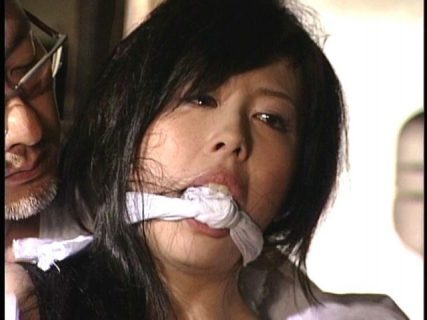 白鳥るり 縄師に恥ずかしい格好で緊縛されたお姉さんが柔肌に縄を食い込ませて悶え苦しむ動画 画像
