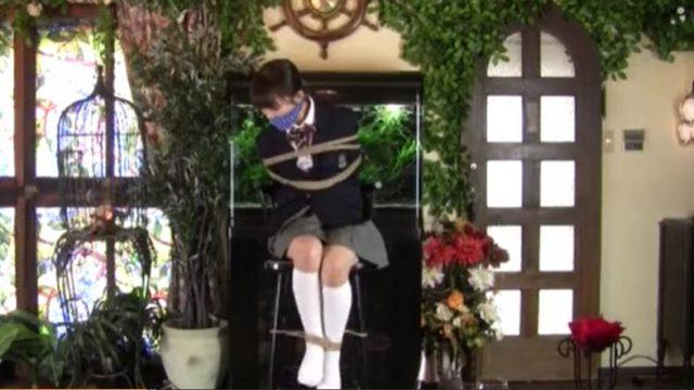 真面目そうな優等生JKが緊縛されて足をモジモジしながら悶え苦しむwww