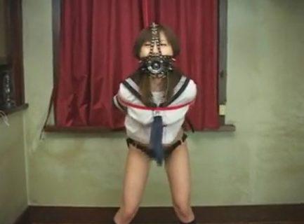 監禁緊縛されたセーラー服JKがマンコをバイブでガン突きされちゃうwww 画像