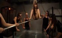 マンコ丸出しで宙吊り拘束された美女が激しい水責めに悶え苦しむwww 画像