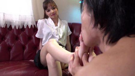 西田カリナ 高級SMクラブの女王様がM男に足を舐めさせて足コキしちゃう動画 画像