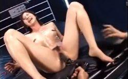手足を拘束されたスレンダー美女がマシンバイブでマンコを乱暴に調教されるwww 画像