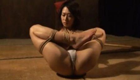 縄師に縛られた美女が恥ずかしい格好で放置されちゃうwww 画像