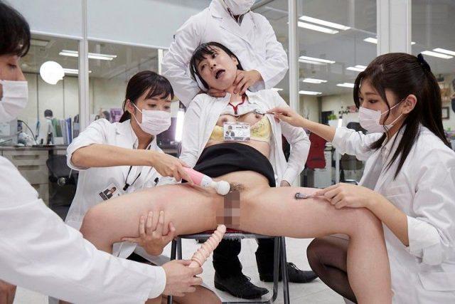 イスに拘束されたSOD社員が首を絞められながらマンコを電マとバイブで甚振られる動画
