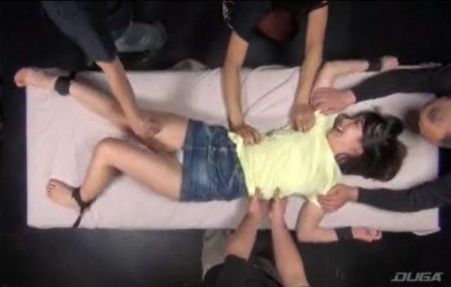 拘束されたロリ美少女がくすぐり拷問されてマンコを濡らしちゃうwww
