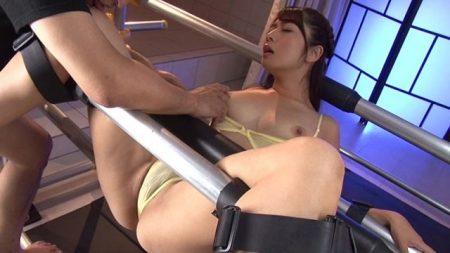 尾上若葉 鉄管拘束された美女が丸出しのマンコに何度も中出し輪姦レイプされる動画 画像
