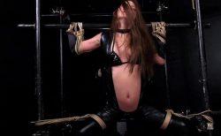 丘咲エミリ 四肢拘束された女スパイがくすぐり拷問&電マ責めされる動画 画像