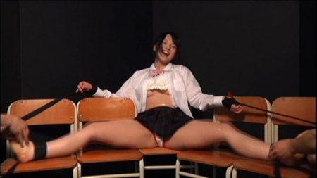 女子校生が四肢拘束されてパンツもオッパイも丸出しでくすぐり拷問される動画 画像