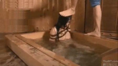緊縛されたお姉さんが頭を踏みつけられ激しい水責めでぐったりしちゃうwww 画像