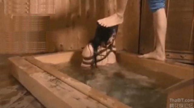 緊縛されたお姉さんが頭を踏みつけられ激しい水責めでぐったりしちゃうwww