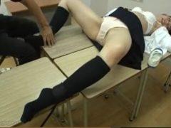 机に拘束された女子校生がパンツ丸出しになりながら覆面男のくすぐりに悶え苦しむwww 画像