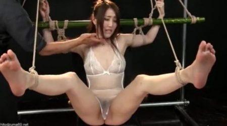 竹竿に拘束された美少女が足裏をくすぐられながらマンコをバイブ責めされちゃうwww 画像